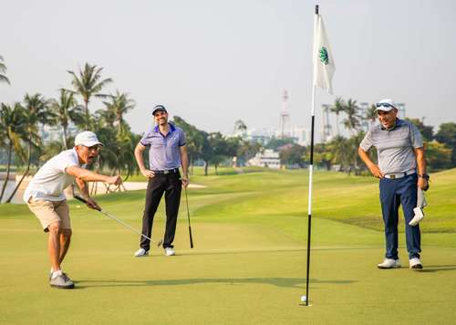 golfers celebrating hole