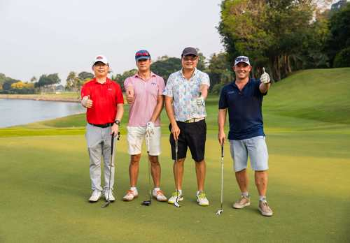 4 golfers with thumbs up
