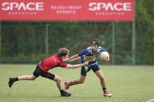 2 boys playing rugby
